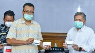 Gubernur NTB Zulkifliemansyah tunjukkan rapid test kit ENRAM