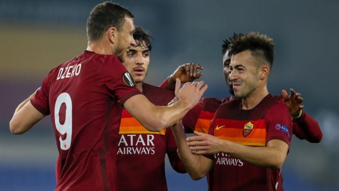 Pemain AS Roma merayakan gol di Lig Europa