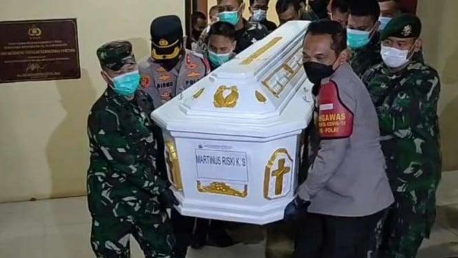 Kapolres Jakarta Barat Kombes Ady Wibowo dan Dandim bawa peti mayat Pratu Rizky