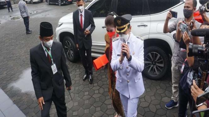 Wali Kota Solo terpilih Gibran Rakabuming Raka bersama istri