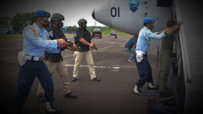 VIVA Militer: Pasukan TNI AU amankan pilot pesawat.