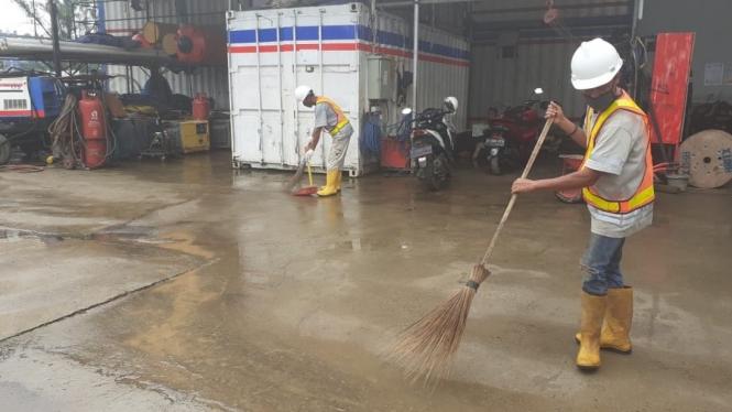 Kegiatan rutin harian setelah briefing pagi adalah PPKS melakukan tugas bersih-bersih sampah dan menyapu di lokasi proyek di Bekasi.
