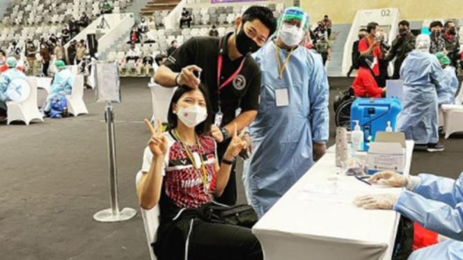 Pemain ganda putri Indonesia, Greysia Polii saat divaksin.