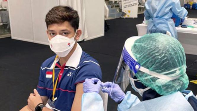 Pemain ganda putra Indonesia, Muhammad Rian Ardianto saat jalani vaksinasi.