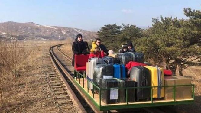 Diplomat Rusia pulang kampung dari Korea Utara dorong troli di rel kereta 32 Jam