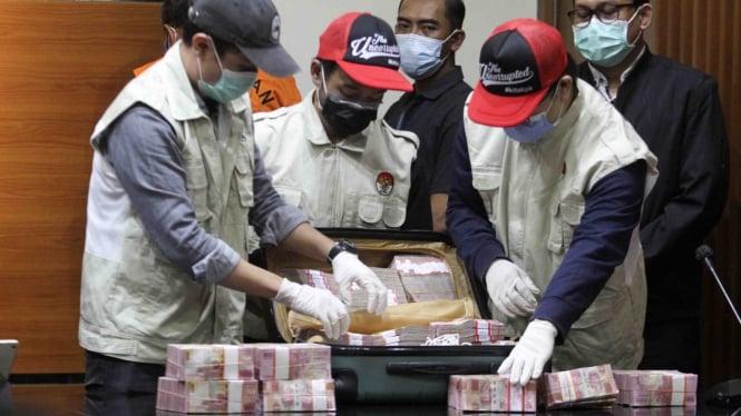 Ilustrasi: Penyidik KPK saat rilis barang bukti kasus korupsi