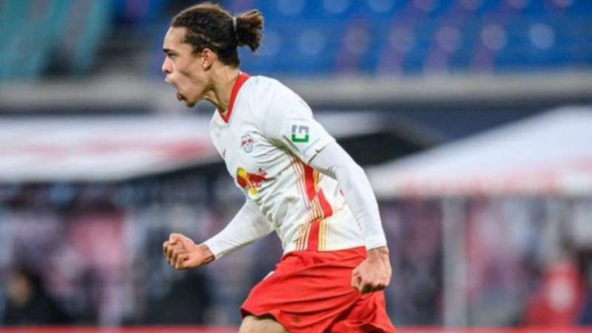 Striker RB Leipzig, Yussuf Poulsen rayakan gol.