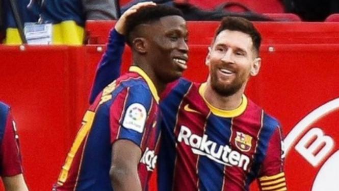 Pemain Barcelona, Ilaix Moriba dan Lionel Messi usai habisi Sevilla.