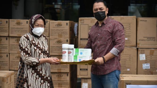 Mensos Risma menyerahkan alkes kepada Walikota Surabaya Eri Cahyadi (28/2/2021)