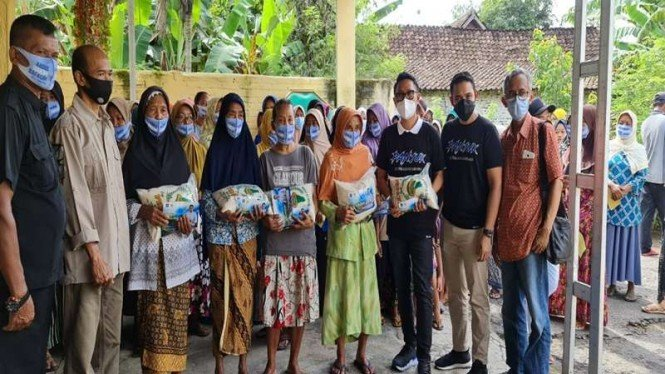 Ketua DPW PAN DKI Jakarta Eko Hendro Purnomo membantu korban banjir di Nganjuk