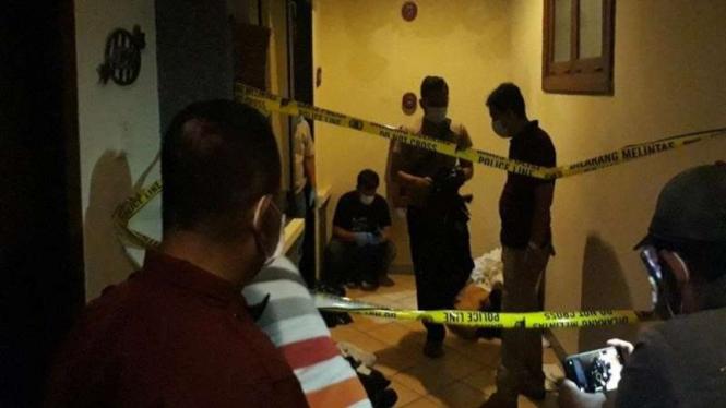 Polisi melakukan olah TKP seorang mayat perempuan dalam kamar hotel di Kediri