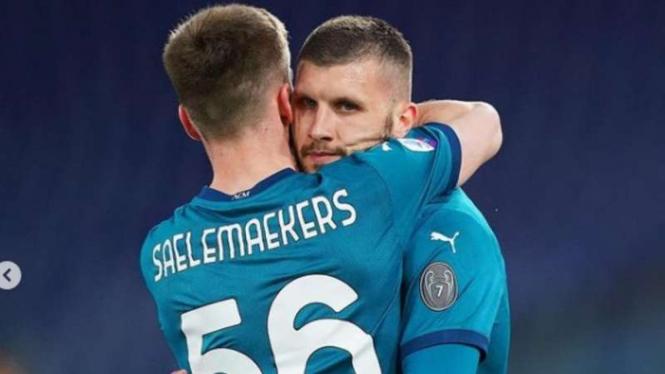 Ante Rebic dan Alexis Saelemaekers rayakan gol AC Milan.