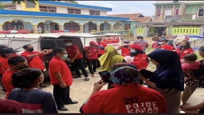 PKPI memberikan bantuan ke korban banjir di Kabupaten Bekasi