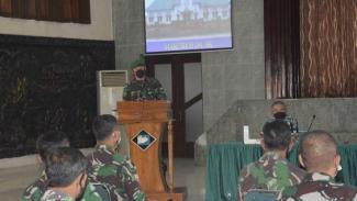 VIVA Militer: Brigjen TNI Achmad Fauzi memberikan motivasi kepada anak buahnya