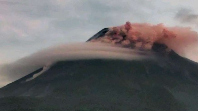 Gunung Merapi luncurkan awan panas.