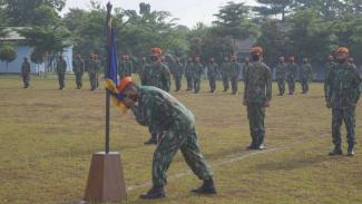 VIVA Militer: Pasukan Elit TNI AU mencium panji satuan Yonko 467 Paskhas