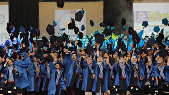 Mahasiswa UBSI saat merayakan wisuda sebelum pandemi Covid-19.