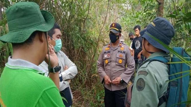 Petugas mendatangi lokasi seorang nenek diserang hewan bertubuh hitam di Riau