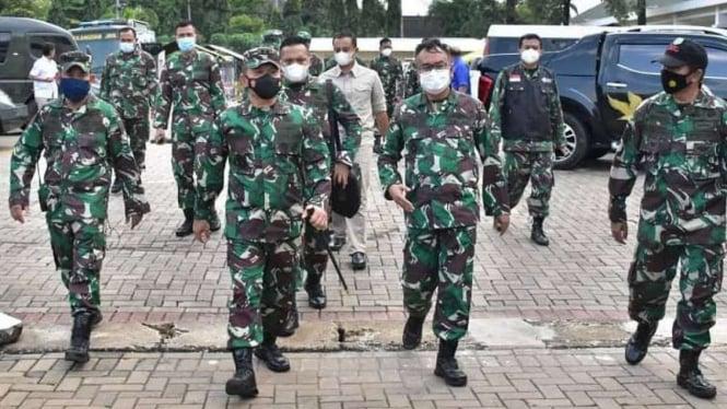 VIVA Militer: Mayjen TNI Dudung tinjau pelaksanaan vaksinasi prajurit Kodam Jaya