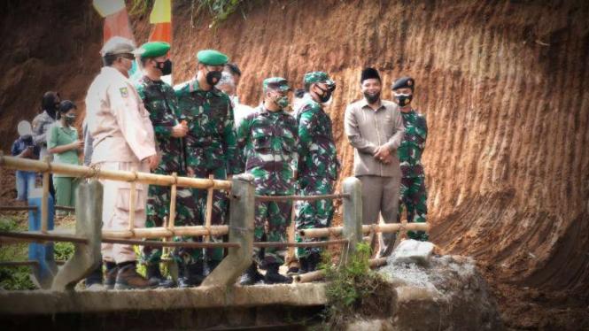 VIVA Militer: Danrem Surya Kencana tinjau lokasi pelaksanaan TMMD di Sukabumi