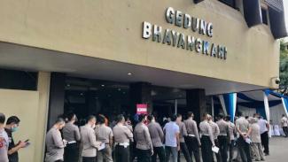 Para anggota polisi saat antre vaksinasi di Jakarta