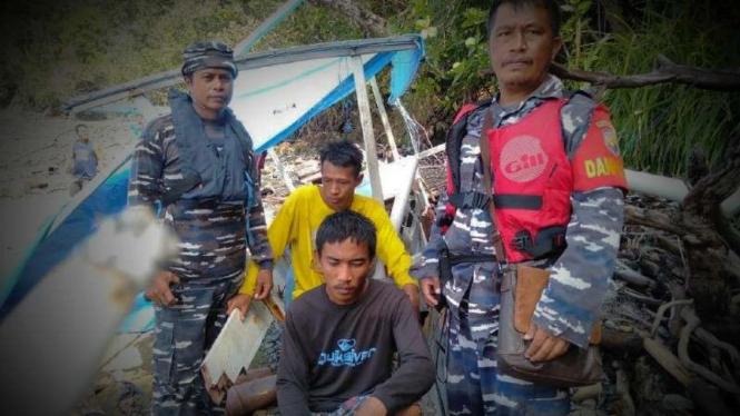 VIVA Militer: Dua pria dievakuasi prajurit  TNI AL.