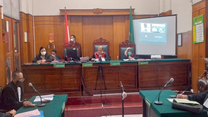 Sidang perkara pembobolan data pribadi Denny Siregar di PN Surabaya.