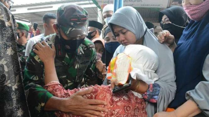 VIVA Militer: Danrem 031 Brigjen TNI Syech Ismed memeluk erat ibunda Kopda Dedi