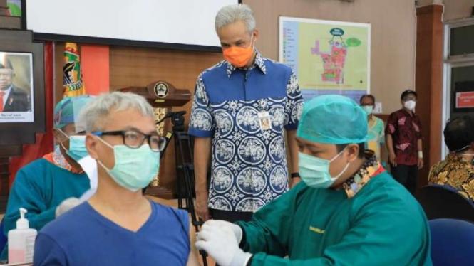 Gubernur Jawa Tengah Ganjar Pranowo meninjau proses vaksinasi COVID-19 untuk para lansia di Kota Semarang, pada Rabu, 3 Februari 2021.