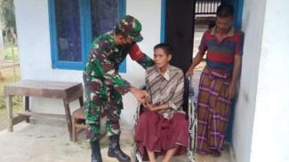 VIVA Militer: Danramil 1051-01/Sungai Mas memberi kursi roda untuk warga cacat