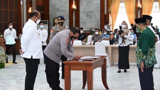 Kapolda Kalsel Irjen Rikwanto menandatangani MoU dengan NU dan Muhammadiyah.