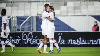 Pemain PSG, Presnel Kimpembe dan Pablo Sarabia sedang merayakan gol.