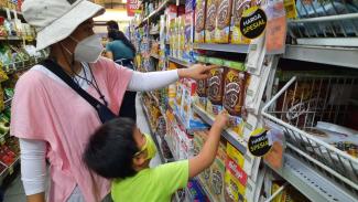 Pelanggan belanja harga spesial di Superindo.