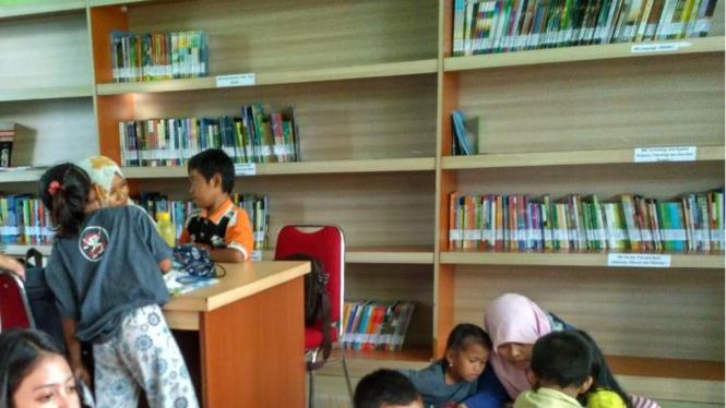 Kegiatan membaca di pepustakaan yang dilakukan oleh berbagai kalangan usia