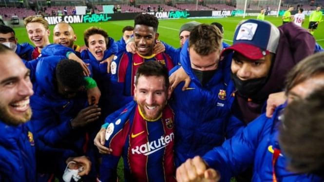 Pemain Barcelona merayakan kemenangan atas Sevilla