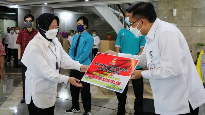 Mensos Risma menyerahkan barang HTT/HTDP kepada Dirjen Rehabilitasi Sosial