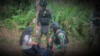 VIVA Militer: Batalyon Infanteri 407/Padma Kusuma temukan wanita di hutan.