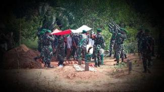 VIVA Militer: Prosesi pemakaman Pelda Misno.