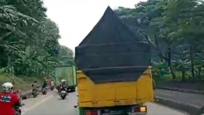 Motor tabrak kendaraan lain saat merekam adegan truk oleng