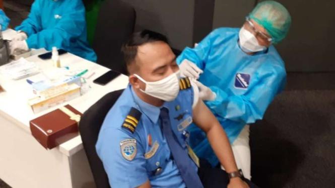 Petugas Bandara Soekarno-Hatta menjalani suntik vaksin sinovac COVID-19.