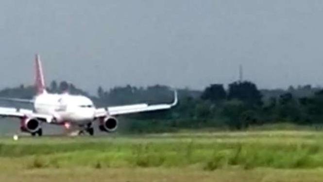 Pesawat Batik Air mengeluarkan api saat mendarat darurat di Jambi