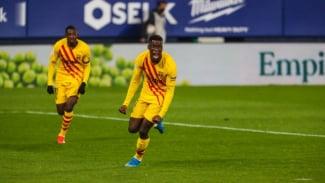 Gelandang muda Barcelona, Ilaix Moriba, merayakan gol. (sebelah kanan)