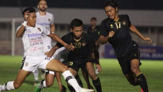 Timnas U-22 saat uji tanding melawan Bali United