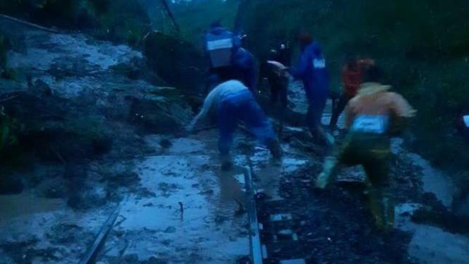 Longsor di Blitar Timbun Rel, Kereta Api Malang-Bandung Tertahan