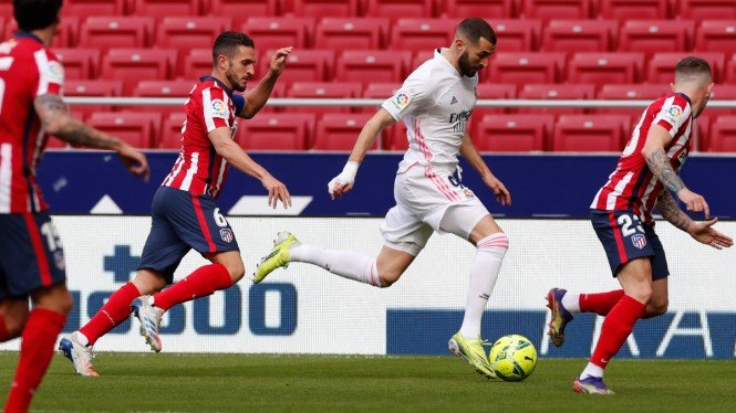 Karim Benzema dikepung pemain Atletico Madrid