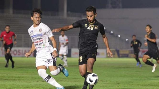Timnas Indonesia U-22 saat berduel dengan Bali United