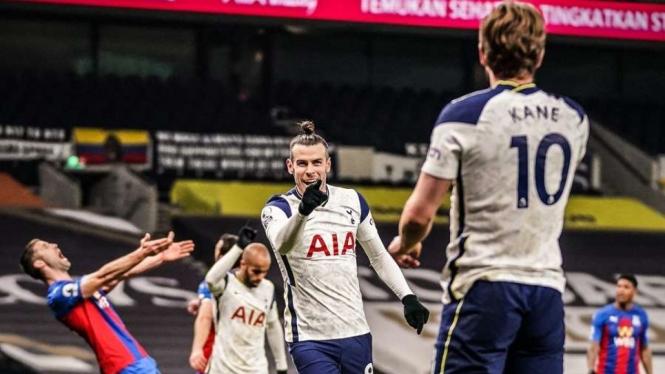 Gareth Bale mencetak gol usai menerima umpan Harry Kane