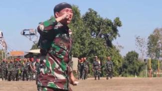 VIVA Militer: Prajurit Brigif Raider 9/Dharaka Yudha memakan beling lampu neon
