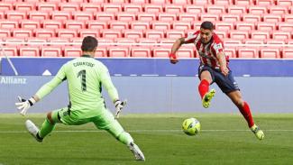 Striker Atletico Madrid, Luis Suarez saat menghadapi Real Madrid.