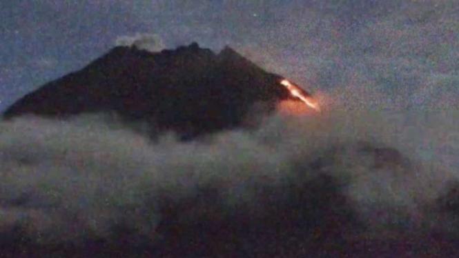 Gunung Merapi di perbatasan Daerah Istimewa Yogyakarta dan Jawa Tengah meluncurkan awan panas guguran dengan jarak luncur sejauh 1.300 meter ke arah barat daya pada Senin pagi, 8 Maret 2021.